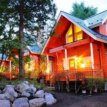 *ログコテージB 外観/緑に囲まれたテラス付一戸建て貸別荘コテージです♪