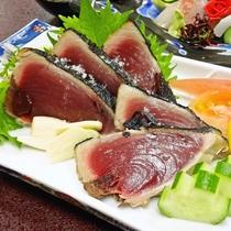 【お食事】夕食/本場高知の鰹のタタキを料理長特製ダレと天然塩の食べ比べでお召し上がりください!!