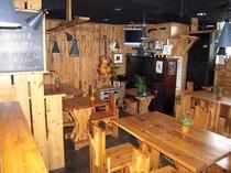 木造りの落ち着いた雰囲気の1Fレストラン・バー【HENRY】