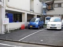 4台の駐車場(普通車用)をご用意しています。(1台:¥1,080)