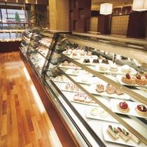 ケーキ&ベーカリー「ジュリー」(1F)でホテルメイドのケーキなどお土産をどうぞ