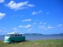 ワーゲンバスと名蔵湾