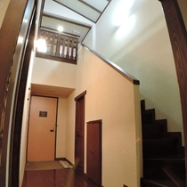 【メゾネットルーム一例】ベッドルーム+和室スペースは階段を上がった2階にございます。