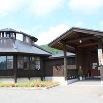 【ホットハウスカムロ外観】併設の温泉施設。宿泊者は無料でお楽しみいただけます