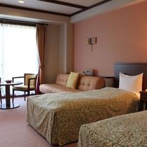 【ツインルーム一例】金山杉で作られたバルコニー付きで開放感ある客室です