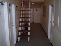 2階へ廊下と屋根裏