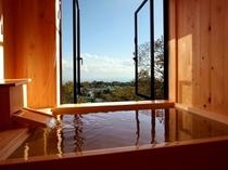 桧の香り漂う客室展望風呂。 海を眺めてゆったりと