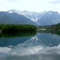 鏡のように映る上高地の山と湖