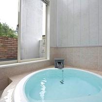 【3F洋室】お部屋の温泉からは伊豆の夜空を眺められます。