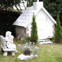 【ガーデン】ワンちゃん達のための教会もございます。