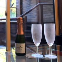 二人の贅沢な時間をスパークリングワインが演出
