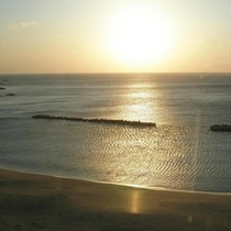 朝日に照らされ光る海 (1)