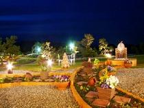 ライトアップされた庭園は幻想的・・・