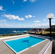 テラスから見下ろすプールと太平洋