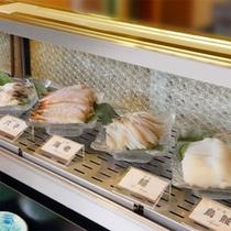 オープンキッチンコーナーの食材の一例(魚介類)