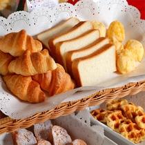 朝食バイキングコーナーの一例(いろいろなパン)