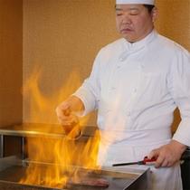 オープンキッチンコーナーのステーキ調理風景