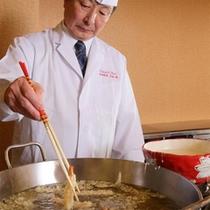オープンキッチンコーナーの天ぷら調理風景