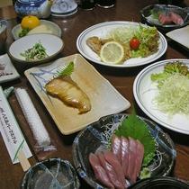 *夕食(一例)/島の食材を用いた約8品前後の献立は、島グルメも楽しめるとご好評いただいております。