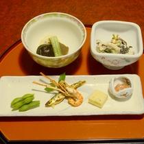 白和えや旬のもの(ご夕食一例)ひと手間かけている白和えや、旬のものをお召し上がりください。