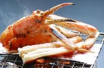 生かにをそのまま焼いて召し上がる焼き蟹。香ばしい香りが食欲をそそります。