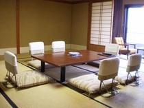 ご家族や小グループでも大丈夫。ゆったり大きめのお部屋、柴山潟を望む大部屋和室