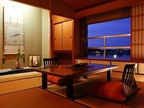 特別室の夕景。一日に7度、湖面の姿を変えると言う柴山潟。その姿がパノラマで眺めれます。