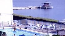 客室から見たガーデンプールと柴山潟の浮御堂