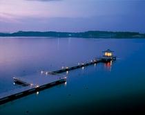 柴山潟に浮かぶ浮御堂、湯の元公園から桟橋で。夜はライトアップされ幽玄な世界を創出します。