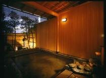 お庭を眺め、お湯に浸る夕景の男性露天風呂 絶えず源泉を流し込んでいます。注ぎ口では飲泉も出来ます。