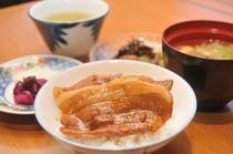 帯広名物!豚丼 ご飯の上にお好みでお肉をのせ、お楽しみいただけます