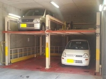 【屋内立体駐車場】 上下にスライド致します。駐車場係員がいない時間帯はフロントにて応対致します。