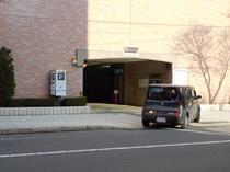 【駐車場入り口】 駐車場係員は14:00~22:00までおります。
