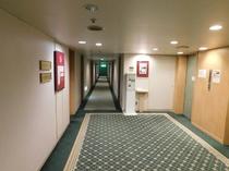 【エレベーターホール】エレベーター前に内線電話がございます。お困りの方は内線2番でお呼びください