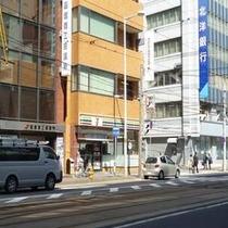 ホテル斜め向かいに「セブンイレブン」