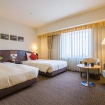 【ツインルーム】幅120cmのセミダブルベッドを使用。ソファベッドで3名様までご宿泊可能です!