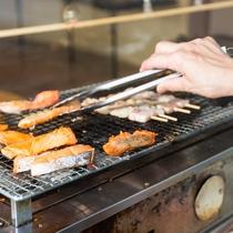 朝食バイキング「炭火でじっくり魚を焼く」