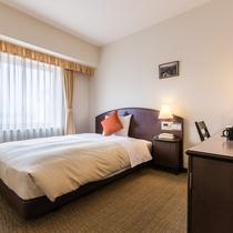 【シングルルーム】ベッド幅140cmのダブルベッドを使用。ゆったり寛げます!