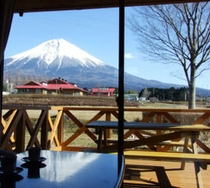 窓から富士山