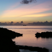 *【目の前に広がる絶景】夕日が海に沈むまでの、幻想的な空の色をただぼんやりと眺めるひととき。