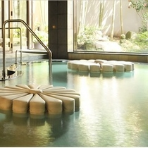 ■【菊風呂】 当館名物の菊が浮かぶお風呂
