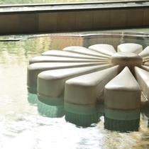 【菊風呂】湯船に浮かぶイタリア製大理石の菊モチーフ
