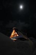 合掌造りと月(冬)