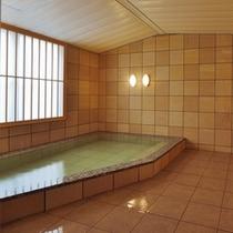 家族でもゆったり入れる大きさがうれしい家族風呂。天然温泉かけ流しです♪