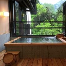 本館半露天風呂付客室内 半露天風呂の一例