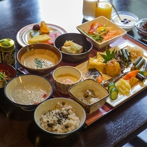 朝食はヘルシーな山菜ビュッフェ