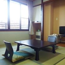 *【部屋/和室6畳】窓からは蓼科高原の四季折々の自然を望むことができます。