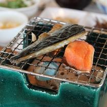【朝食】お魚はご自身で軽くあぶっていただけるよう七輪もご用意。
