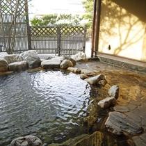【離れの貴賓室の露天風呂】お部屋の露天風呂でごゆっくりお寛ぎ下さい。