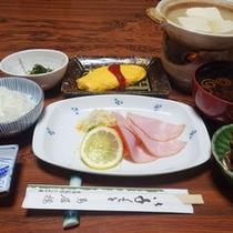 朝は旅館ならではの和定食をご用意しております